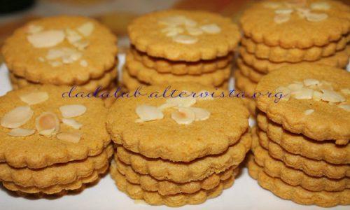 Biscotti croccanti di mandorle e mais al profumo di arancia