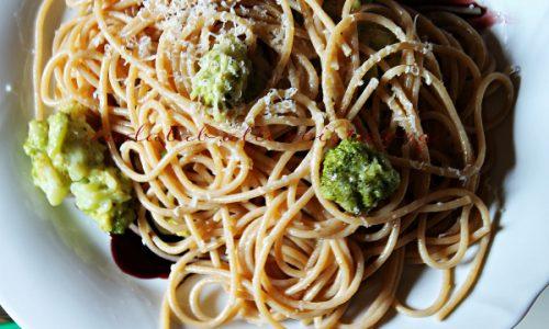 Spaghetti integrali ai broccoli e Squacquerone con riduzione di vino rosso