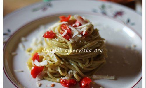 Spaghetti al pesto di basilico e datterini