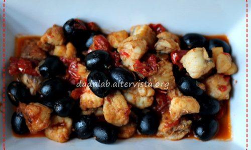 Coda di rospo con olive e pomodorini