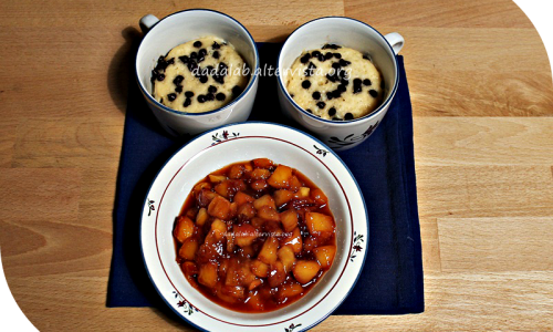 Mug cake ovvero Torta in tazza con gocce di cioccolato e pesche caramellate