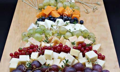 Tagliere con albero di Natale di formaggi e frutta