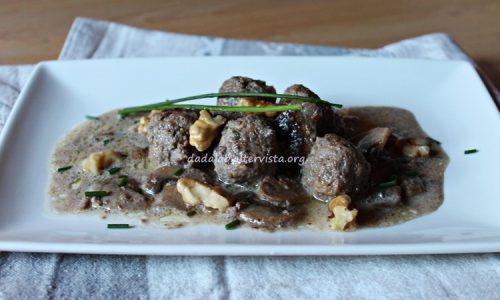 Polpette di carne con noci e salsa ai funghi