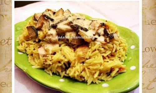 Riso al curry con zucchine, mandorle e banane